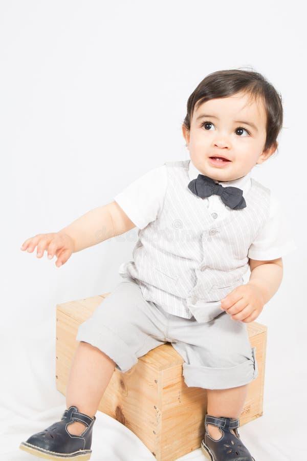 weinig jongen in een strikte witte overhemd en een vlinderdas stock foto