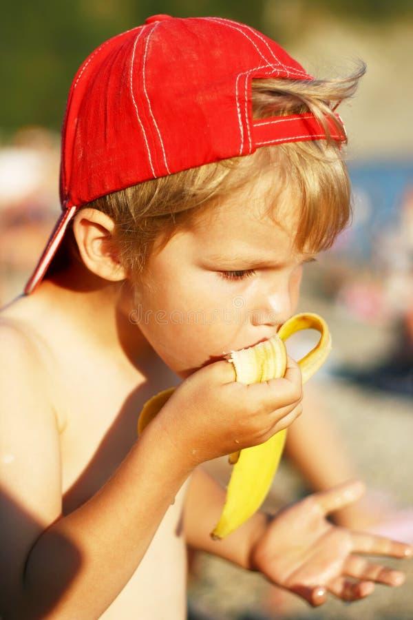 Weinig jongen eet banaan royalty-vrije stock foto's
