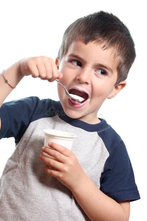 Weinig jongen eet yougurt royalty-vrije stock foto's