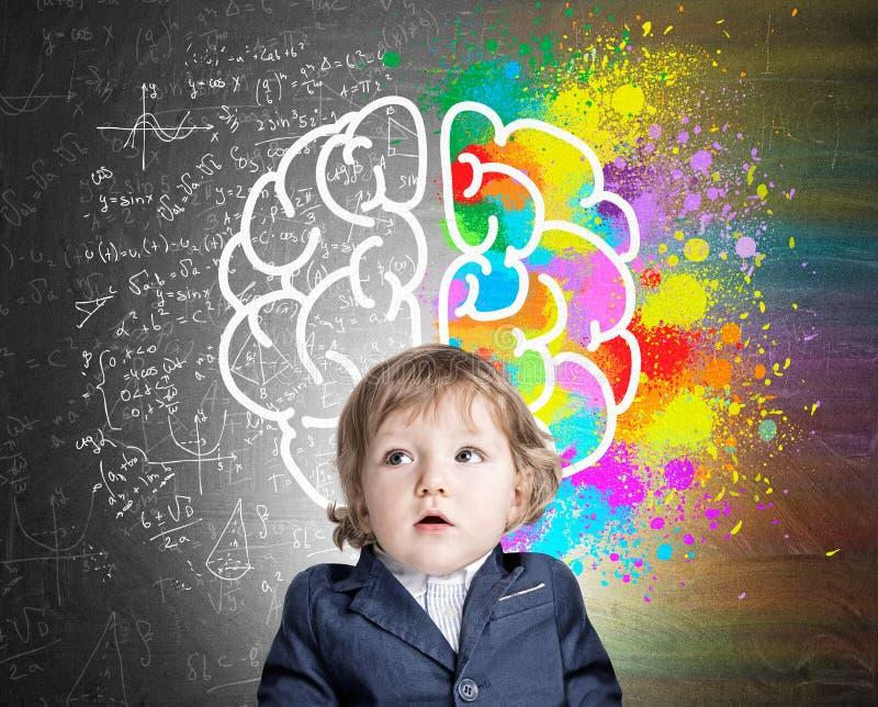 Weinig jongen en een kleurrijke hersenenschets royalty-vrije stock foto's