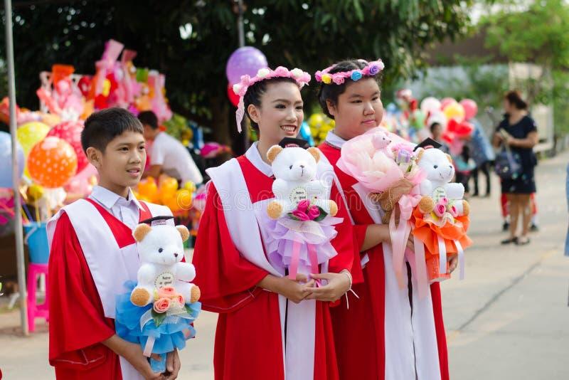Weinig jongen en meisje behaalden van kleuterschoolschool een diploma stock afbeelding