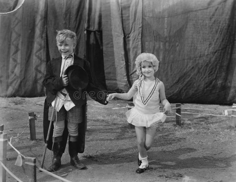 Weinig jongen en meisje kleedden zich omhoog (Alle afgeschilderde personen leven niet langer en geen landgoed bestaat Leverancier royalty-vrije stock fotografie