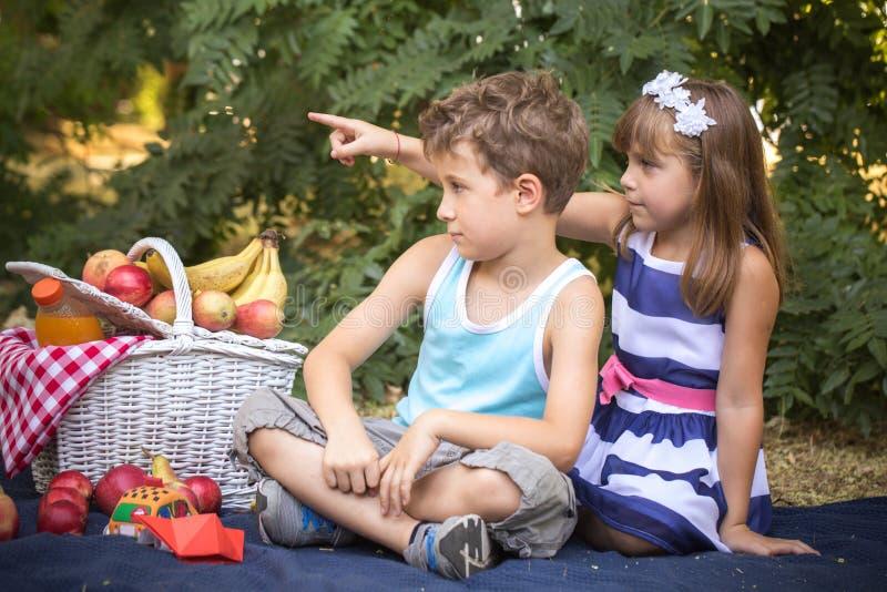 Weinig jongen en meisje koppelen in liefde royalty-vrije stock foto's