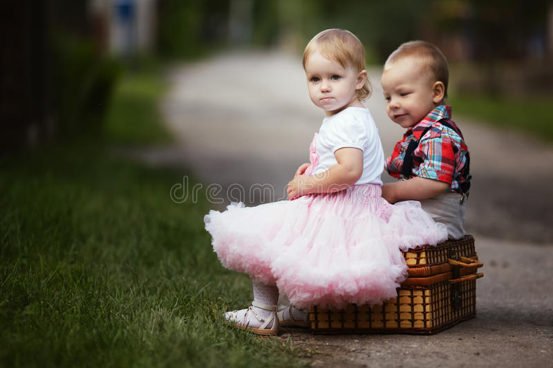Weinig jongen en meisje met koffer royalty-vrije stock afbeeldingen