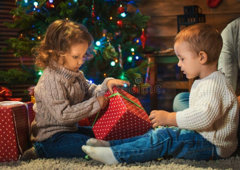Weinig jongen en meisjesbroer en zuster thuis met Kerstmis royalty-vrije stock afbeelding