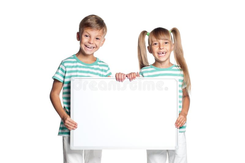 Weinig jongen en meisjesholdingsraad stock afbeeldingen