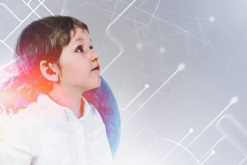 Weinig jongen en mondiaal onderwijsnet stock foto