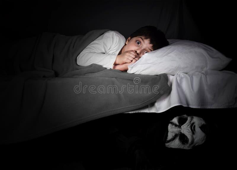 Weinig jongen en monster onder het bed stock afbeeldingen