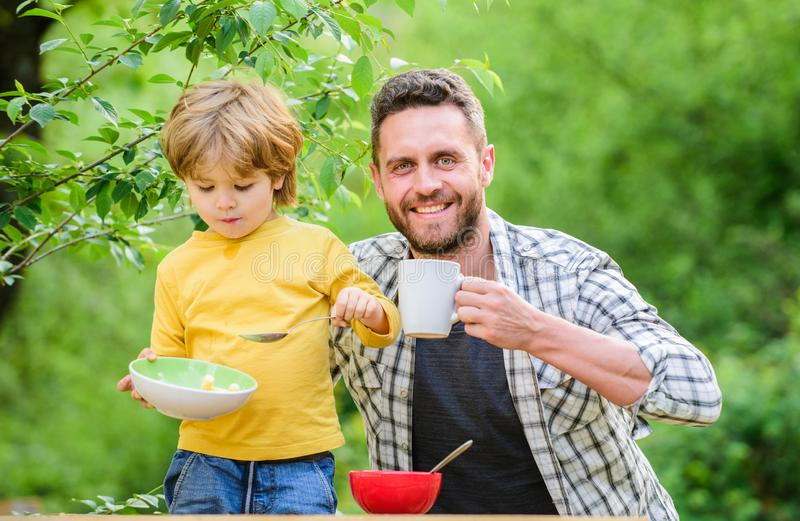 Weinig jongen en papa het eten Voedingsjonge geitjes en volwassenen Gezond voedingsconcept Menu voor kinderen Voedingsgewoonten stock afbeeldingen