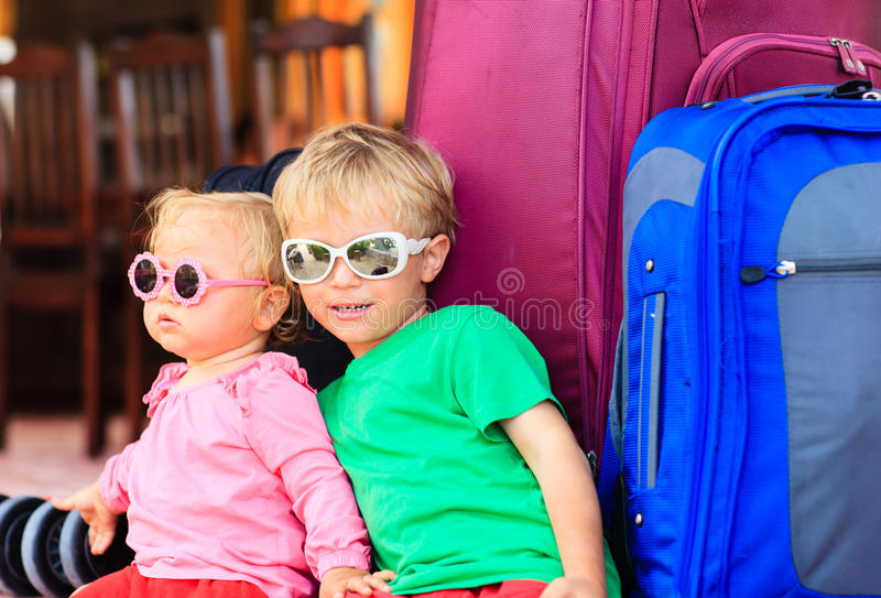 Weinig jongen en peutermeisjeszitting op koffers royalty-vrije stock foto's