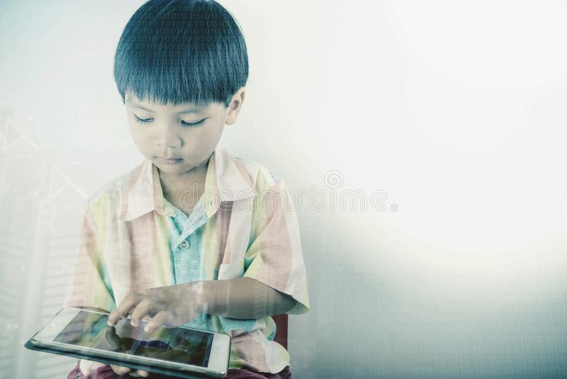 Weinig jongen gebruikt tablet met digitaal codage en onderwijs royalty-vrije stock afbeelding