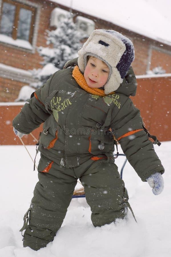 Weinig jongen geniet van de winter openlucht stock foto