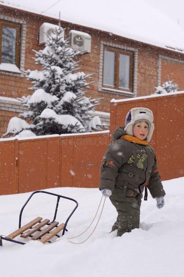 Weinig jongen geniet van de winter openlucht royalty-vrije stock afbeeldingen