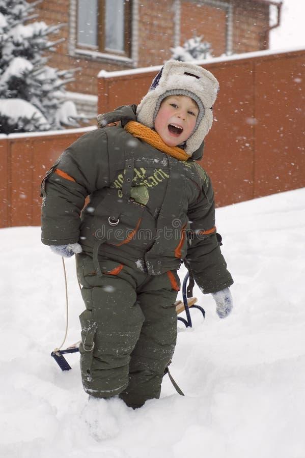 Weinig jongen geniet van de winter openlucht stock foto's