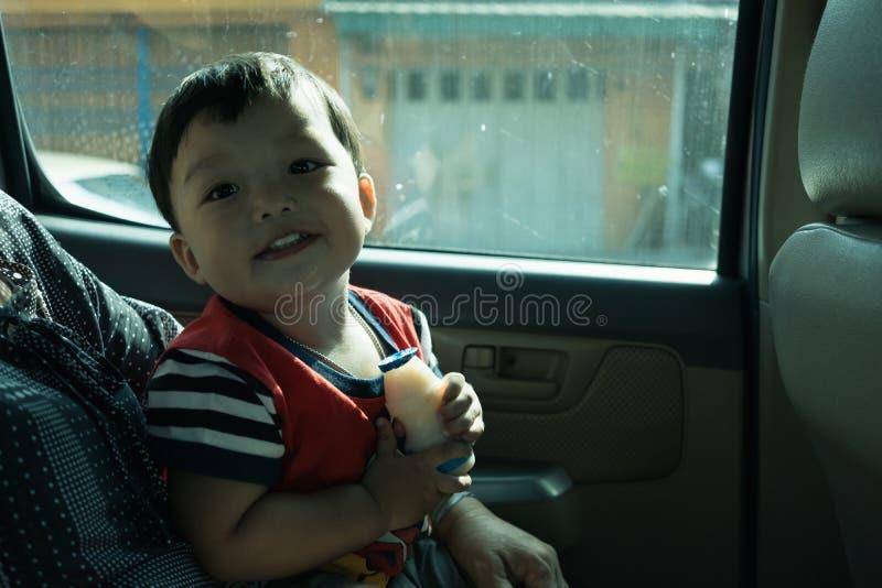 Weinig jongen geniet van reis Binnen van een auto stock fotografie