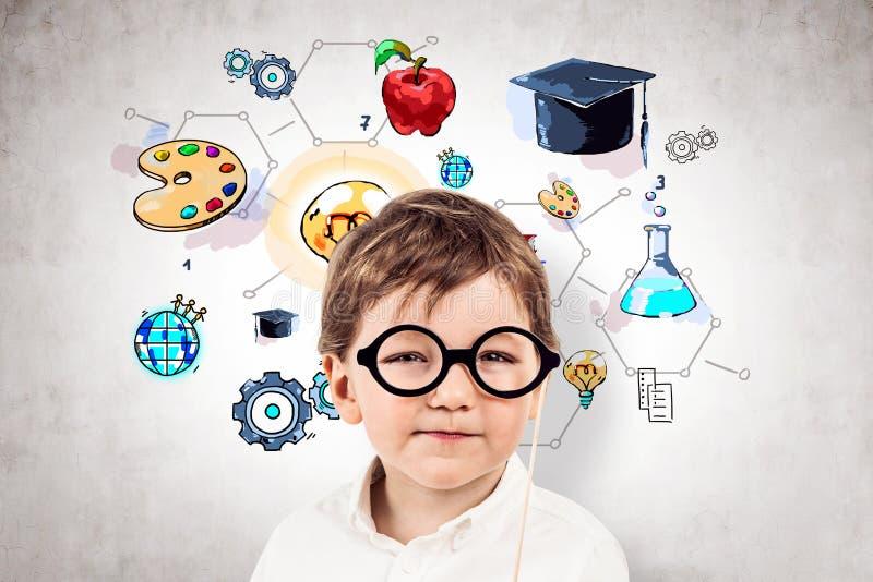 Weinig jongen in glazen, concrete onderwijsschets, stock foto