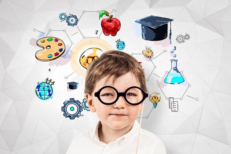 Weinig jongen in glazen, geometrische onderwijsschets royalty-vrije stock foto