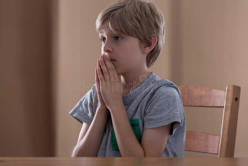 Weinig jongen het bidden royalty-vrije stock afbeeldingen