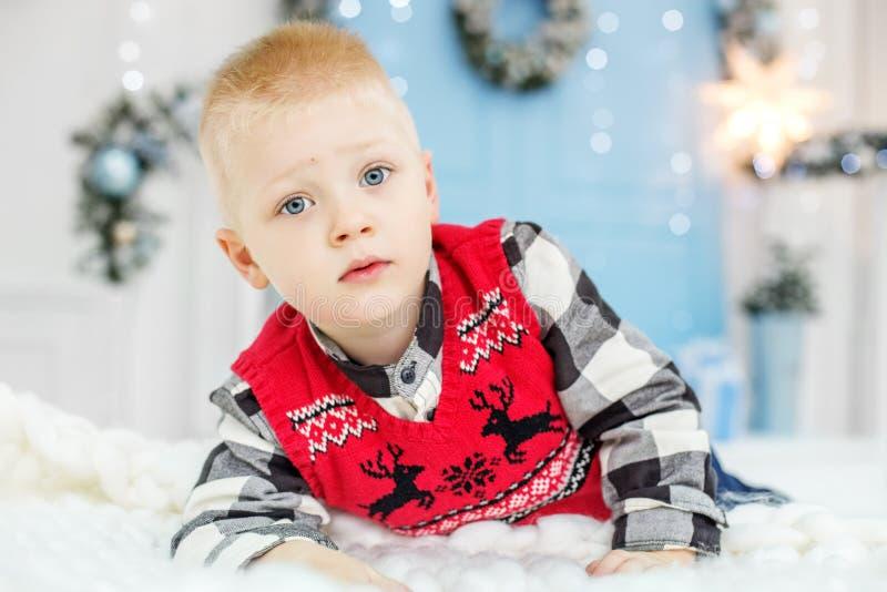 Weinig jongen het denken Concepten Gelukkige Kerstmis, Nieuwjaar, de Winter, H royalty-vrije stock fotografie