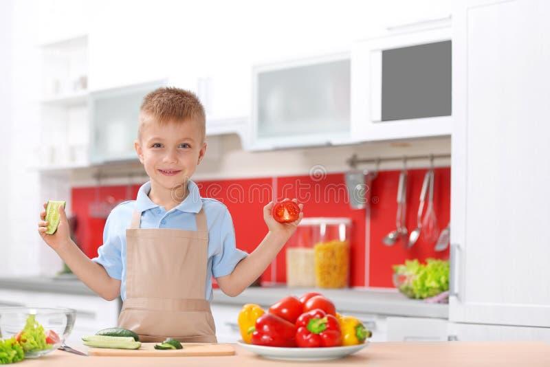 Weinig jongen het koken in keuken royalty-vrije stock fotografie