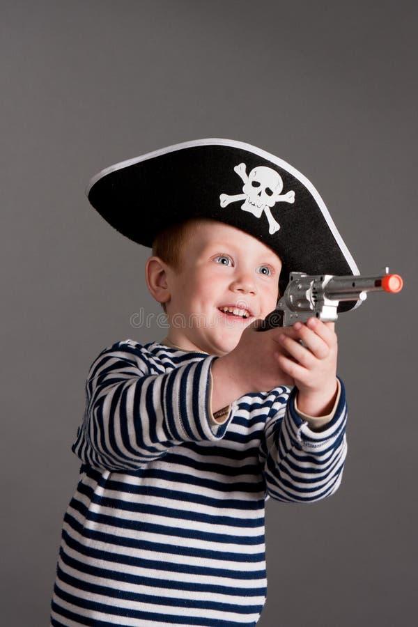 Weinig jongen in het kostuum van piraat royalty-vrije stock fotografie