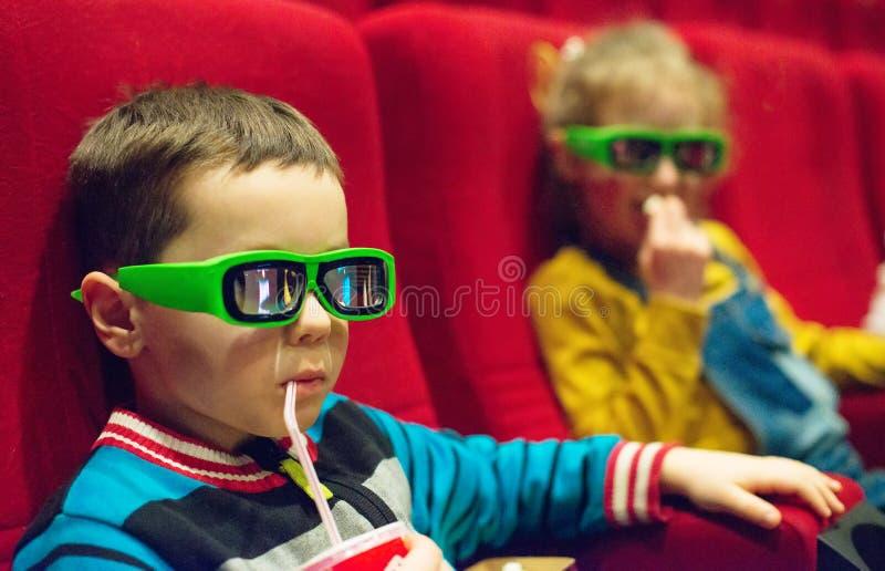 Weinig jongen het letten op film royalty-vrije stock afbeeldingen