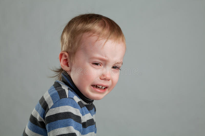 Weinig jongen het schreeuwen stock foto