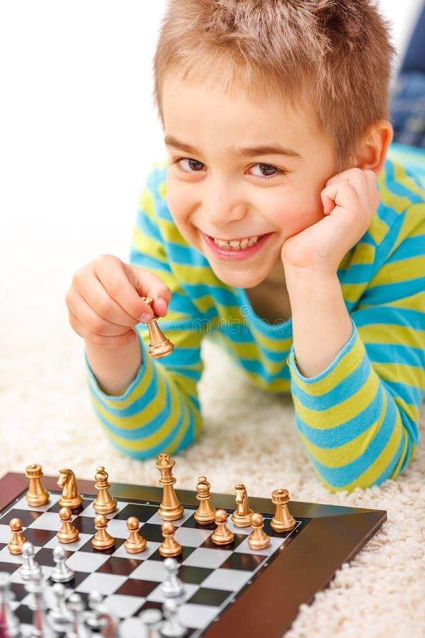 Weinig jongen het spelen schaak royalty-vrije stock fotografie