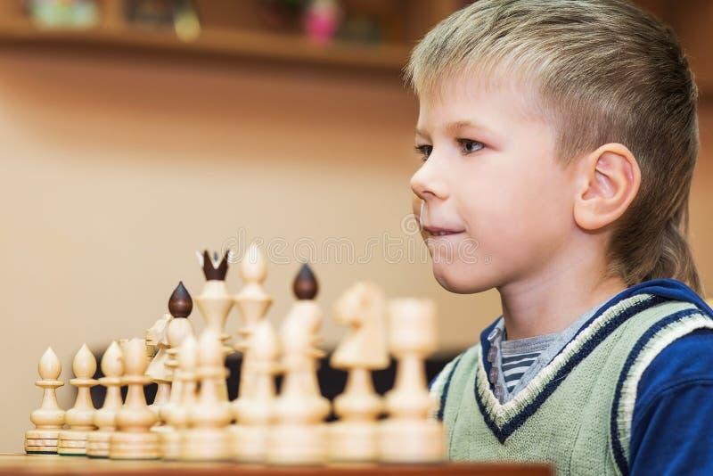 Weinig jongen het spelen schaak royalty-vrije stock foto