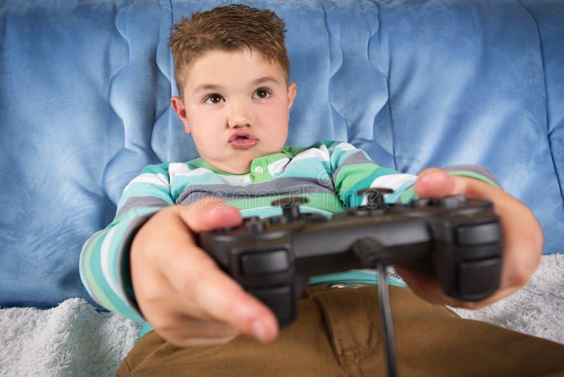 Weinig jongen het spelen videospelletjes royalty-vrije stock fotografie