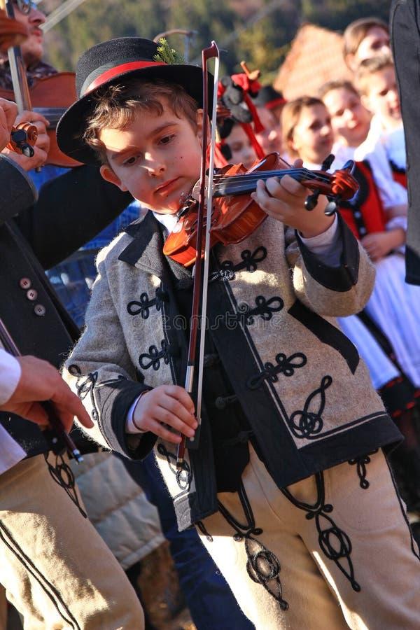 Weinig jongen het spelen viool royalty-vrije stock afbeeldingen