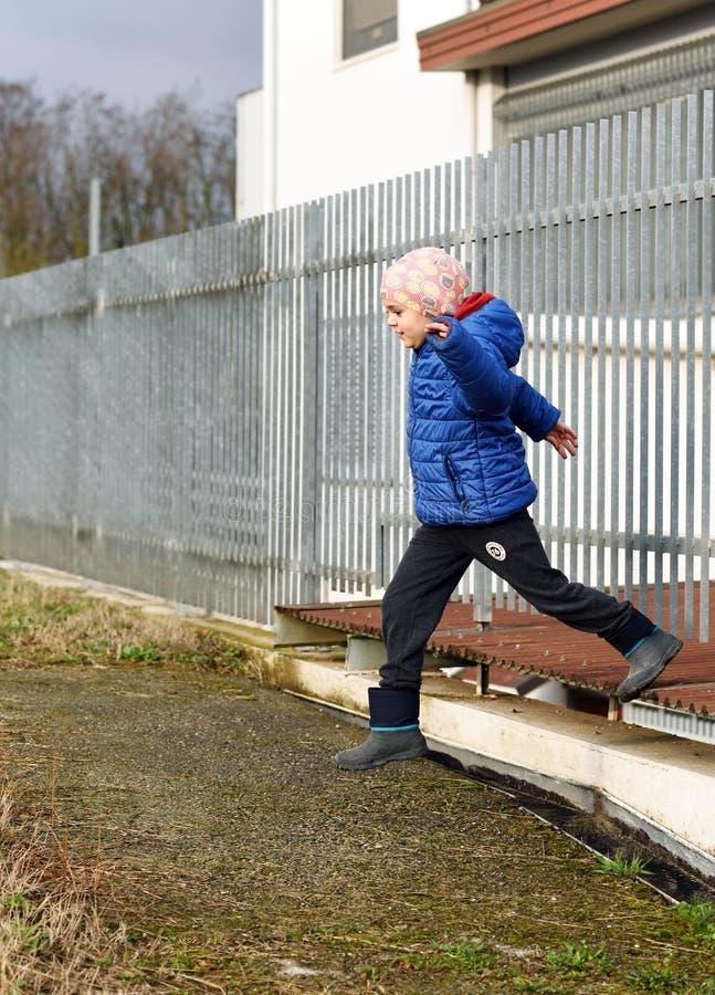 Weinig jongen het springen royalty-vrije stock foto