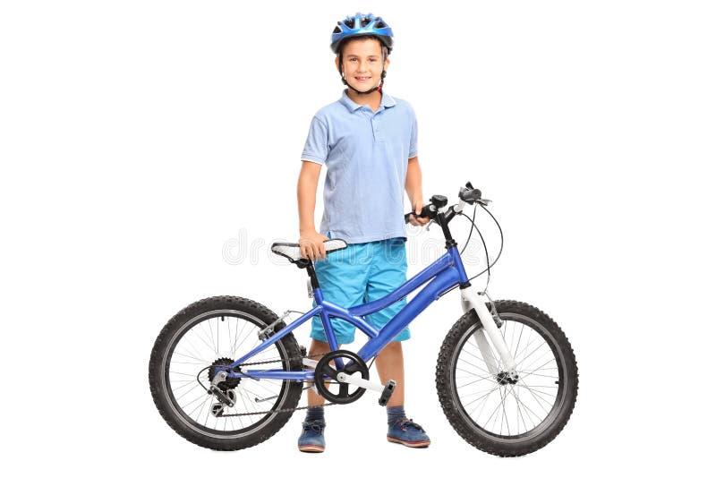 Weinig jongen het stellen met zijn fiets royalty-vrije stock foto