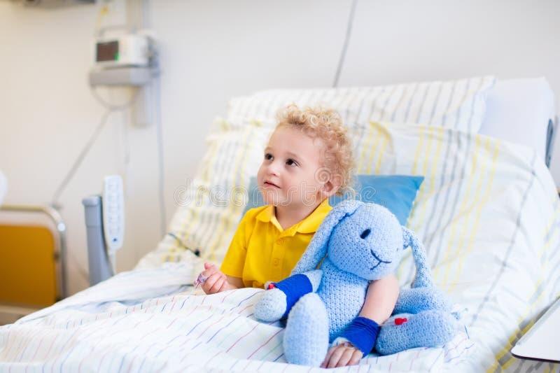 Weinig jongen in het ziekenhuisruimte stock afbeelding