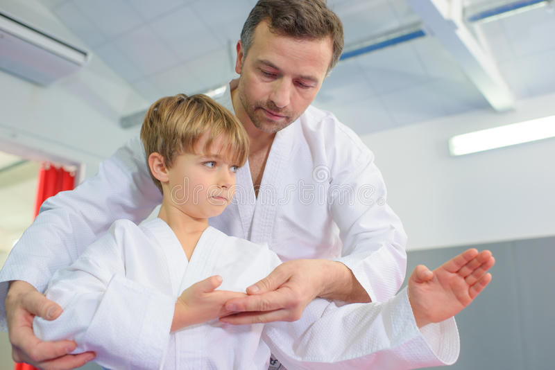 Weinig jongen in karateles stock foto's