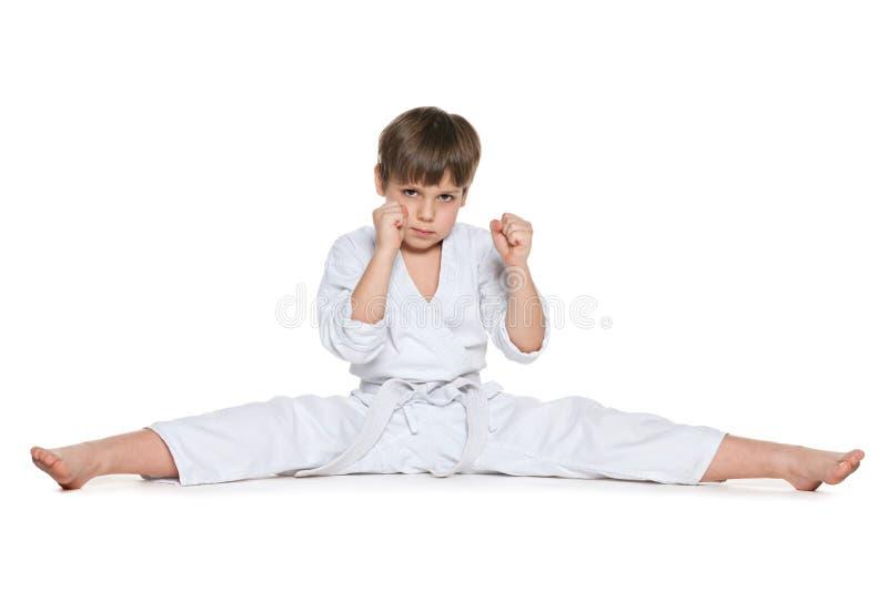 Weinig jongen in kimono tegen het wit royalty-vrije stock afbeeldingen