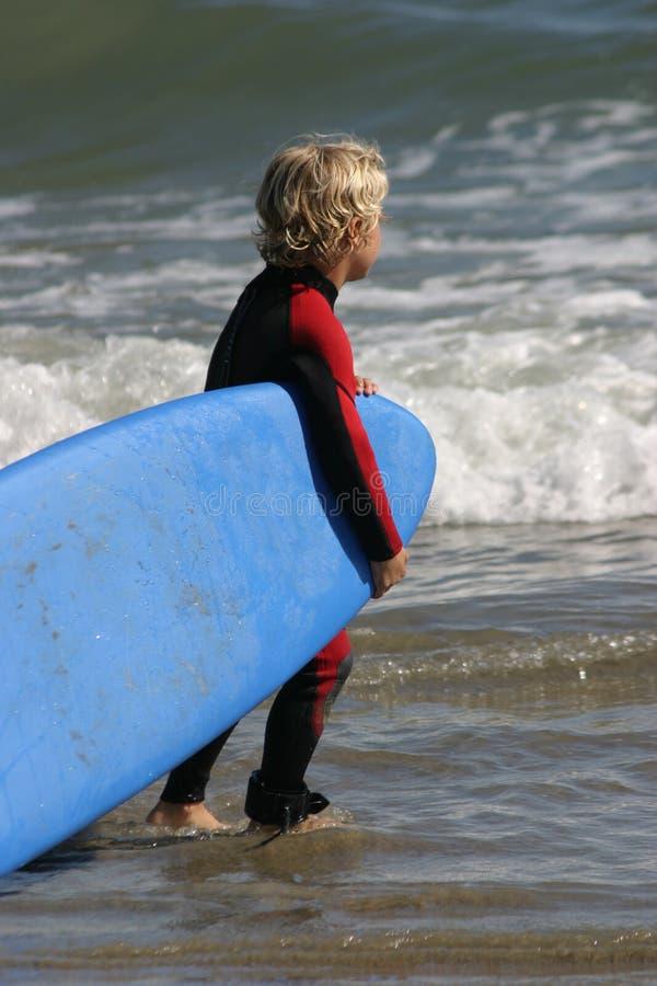 Weinig jongen klaar voor het surfen royalty-vrije stock afbeelding