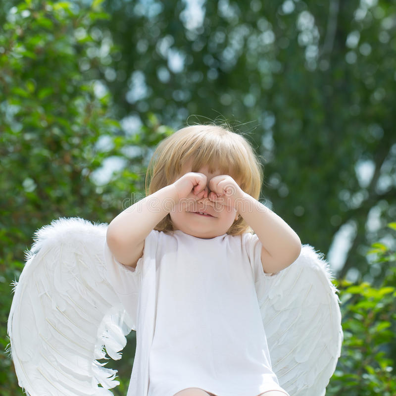 Weinig jongen kleedde zich als engel royalty-vrije stock foto's