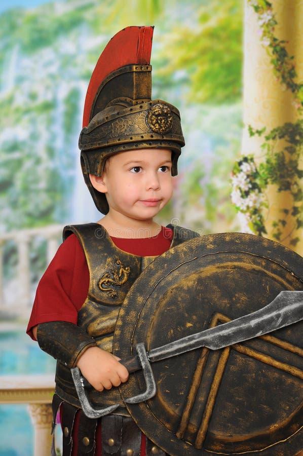 Weinig jongen kleedde zich als Roman militair royalty-vrije stock fotografie