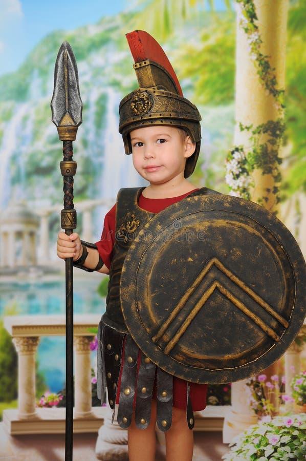 Weinig jongen kleedde zich als Roman militair royalty-vrije stock afbeelding