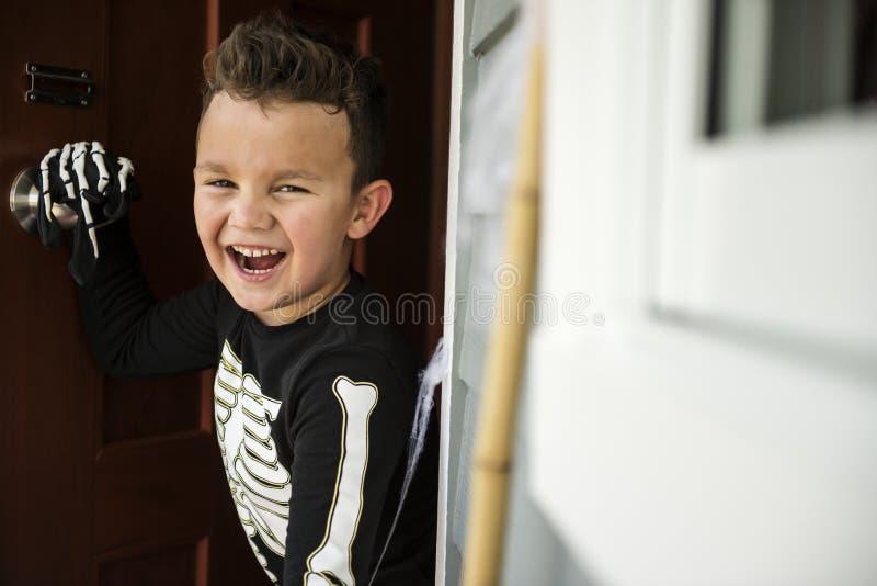 Weinig jongen kleedde zich omhoog als skelet stock foto