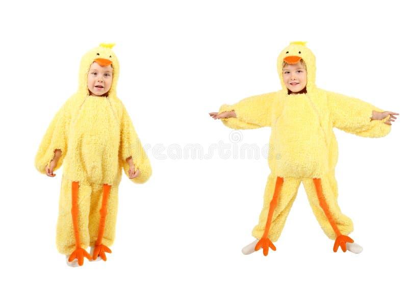Weinig jongen kleedde zich omhoog in een kippenkostuum stock afbeelding