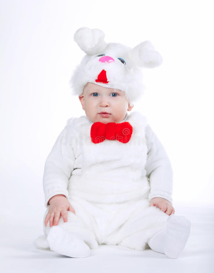 Weinig jongen in konijnkostuum stock foto