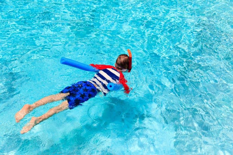 Weinig jongen leert het zwemmen alleen met poolnoedel royalty-vrije stock afbeeldingen