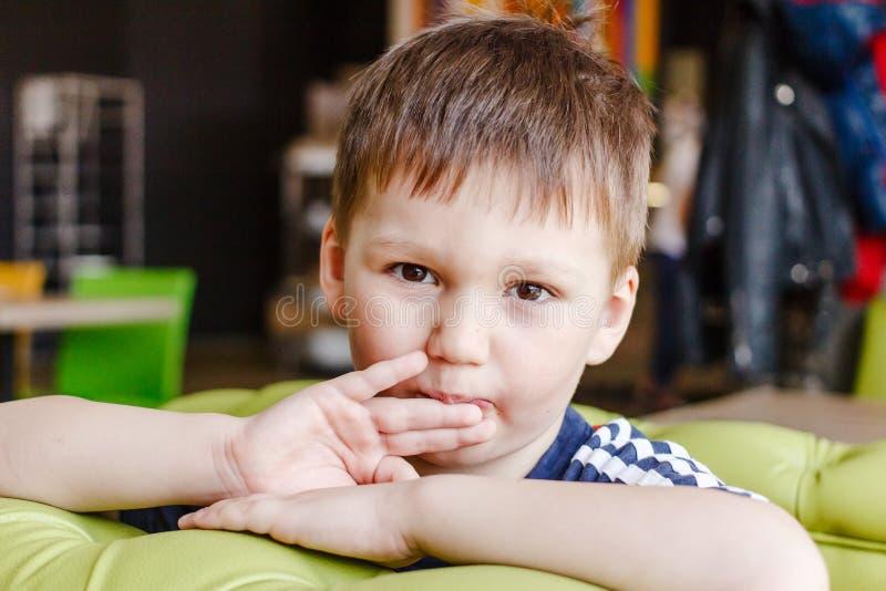 Weinig jongen likt zijn vingers royalty-vrije stock afbeeldingen