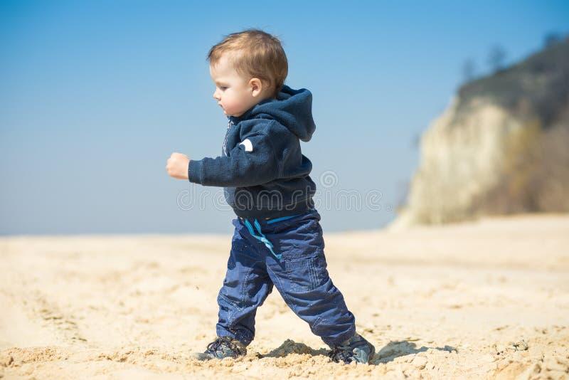 Weinig jongen loopt op het strand royalty-vrije stock foto