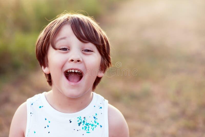 Weinig jongen luid gillen uit stock foto's
