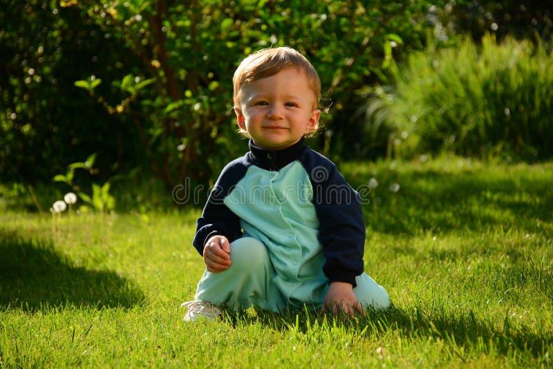 weinig jongen 8 maanden uit voor een gang stock fotografie