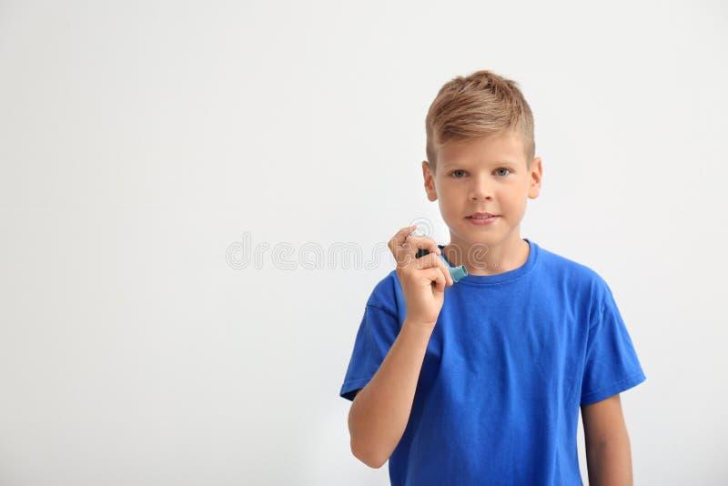 Weinig jongen met astmainhaleertoestel royalty-vrije stock fotografie