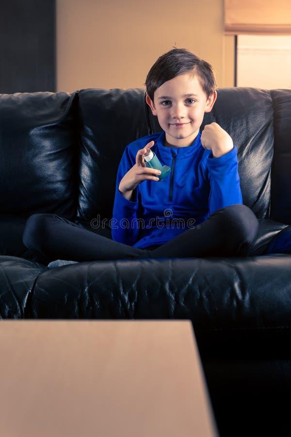 Weinig jongen met astmainhaleertoestel stock foto's